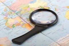 Kleine meer magnifier op de kaart royalty-vrije stock afbeeldingen