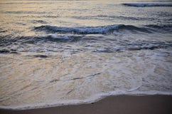Kleine Meereswellen vor dem Sonnenaufgang Lizenzfreie Stockbilder