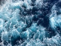Kleine Meereswogen mit weißen Kappen lizenzfreie stockfotos