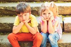 Kleine meisje en jongen op treden relaties Kinderjarenliefde paar van kleine kinderen Jongen en meisje De zomervakantie en stock fotografie