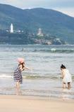 Kleine meisjes bij het Strand van China in Danang in Vietnam Royalty-vrije Stock Afbeeldingen