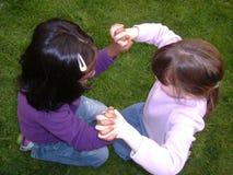 Kleine meisjes die samen spelen Stock Foto