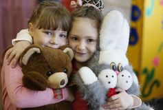 Kleine meisjes met speelgoed stock afbeelding