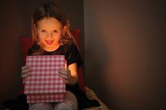 Kleine meisjes open magische gift stock afbeeldingen