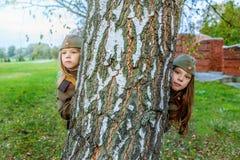 Kleine meisjes in Sovjet militaire uniformen Royalty-vrije Stock Foto's