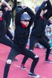 Kleine meisjes in zwarte kleding die op openbaar stadium dansen stock afbeelding