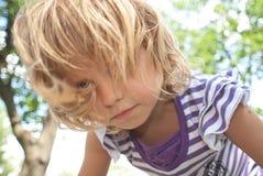 Kleine meisjeskrommingen Stock Foto