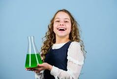Kleine meisjeswetenschapper met het testen van fles Onderwijs en kennis Bilogyles van de kindstudie Ontdek toekomst wetenschap royalty-vrije stock afbeeldingen