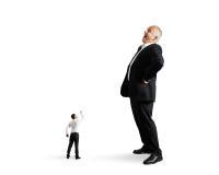 Kleine mens die vuist tonen aan grote zakenman Stock Foto