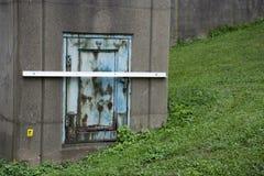 Kleine Metalltür auf Spalte stockfotografie