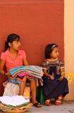 Kleine mexikanische Mädchen, die Kunden warten Lizenzfreie Stockbilder