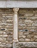 Kleine middeleeuwse kolom, in een steenmuur Royalty-vrije Stock Afbeelding