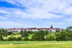 Kleine mittelalterliche Stadt Walsdorf mit Front von Scheunen stockfotografie