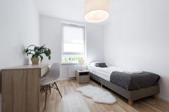 Kleine, moderne Innenarchitektur des schlafenden Raumes lizenzfreies stockfoto