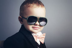 Kleine modieuze heer met zonnebril Stock Foto
