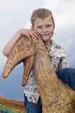 Kleine moedige kinderen op een dinosaurus in een park royalty-vrije stock afbeelding