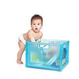 Kleine mooie babyjongen met een blauwe doos Royalty-vrije Stock Afbeeldingen
