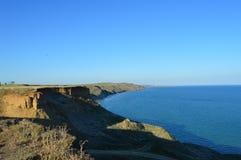 Kleine mooie bergen dichtbij het blauwe water van het overzees stock afbeeldingen