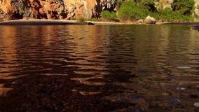 Kleine mooie grote wilde de aard prachtige kleuren van het bergmeer stock footage