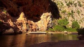 Kleine mooie grote wilde de aard prachtige kleuren van het bergmeer stock video