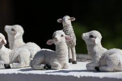Kleine mooie modellen van schapen stock foto's