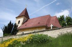 Kleine moosige Kirche Stockfotos