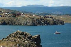 Kleine motorboot dichtbij kust van het meer van Baikal Royalty-vrije Stock Foto's