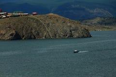Kleine motorboot dichtbij kust van het meer van Baikal Royalty-vrije Stock Afbeelding