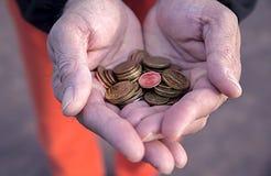 Kleine muntstukken eurocents in de palmen van mensen, de financiën van Europese Staten als goederen-monetaire u-neten stock afbeelding