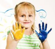 Kleine nette blonde Mädchenmalerei lokalisiert auf weißem Hintergrund Lizenzfreie Stockfotografie
