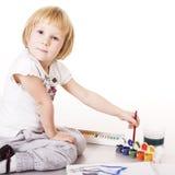 Kleine nette blonde Mädchenmalerei lokalisiert auf weißem Hintergrund, Lebensstilbildungs-Leutekonzept Lizenzfreie Stockfotografie