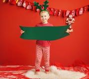 Kleine nette Elfe in der Weihnachtsstimmung Stockfotografie