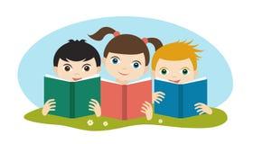 Kleine nette Gruppe von drei Kindern, die die Bücher lesend sitzen auf dem Gras sind Flacher Vektor stock abbildung