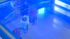 Kleine nette Roboter, die Fußball an der Robotershow spielen stockbilder