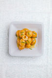 Kleine neue gekochte Kartoffeln warfen mit frischen Kräutern in Olivenöl O Stockfotografie