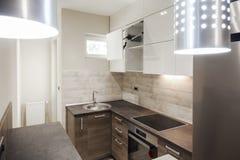 Kleine keuken in nieuwe flat stock afbeelding afbeelding