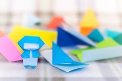 Kleine Ninja Kid onderwijst hoe te om Origami te spelen stock fotografie