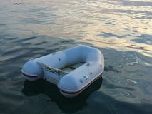 Kleine opblaasbare rubberboot Royalty-vrije Stock Afbeeldingen
