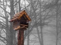 Kleine orange Vogelhausstellung, kalter Wintertag Lizenzfreie Stockfotografie
