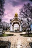Kleine orthodoxe Kirche in Kyiv, Ukraine im Fall stockbilder