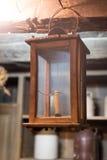 Kleine oude kaars in een houten en glasdoos stock fotografie