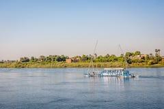 Kleine oude manier crusing boot omhoog de Nijl, Egypte, 28 oktober, 2018 royalty-vrije stock foto