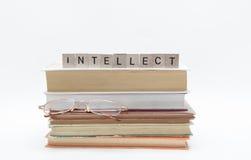Kleine oude stapel boeken met van het lezingsglazen en bericht woord bij de bovenkant, die op witte achtergrond wordt geïsoleerd royalty-vrije stock fotografie