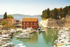 Kleine overzeese baai met geparkeerde boten en jachten Royalty-vrije Stock Afbeelding
