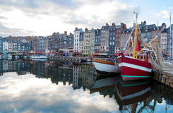 Kleine overzeese haven met mooie jachten Stock Fotografie