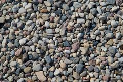 Kleine overzeese stenen, grintachtergrond Aardachtergrond van grijze overzeese kiezelstenen royalty-vrije stock foto's