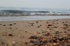 Kleine overzeese stenen op een strand stock foto's