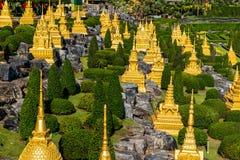 Kleine pagode in het tuinlandschap stock afbeelding