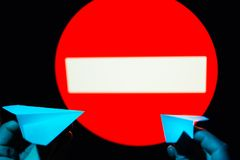 Kleine Papierflugzeuge des Frauengriffs zwei in den Händen gegen prohibitin lizenzfreie stockbilder