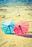 Kleine paraplu's op het strand Stock Afbeeldingen